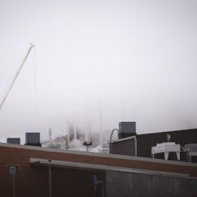 Kuvassa savua suurteollisuusalueella Kokkolassa