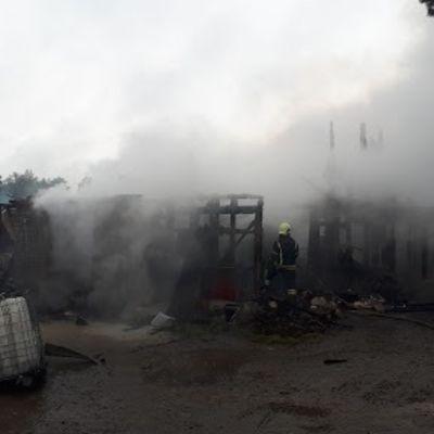 Navetta paloi maan tasalle Iisalmessa.