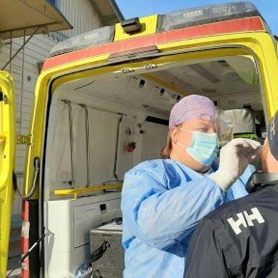 Koronatestausta vanhassa ambulanssissa