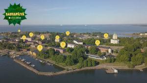 Suomenlinna lintuperspektiivistä. Graafisia täppiä lisätty osoittamaan saunojen paikkoja.
