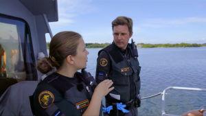 Sjöbevakaren Jessica med en kollega på ett båtdäck.