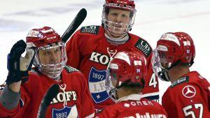 HIFK-spelare firar mål.