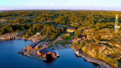 Flygfoto över sjöbevakningsstationen på Kökar.
