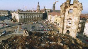 Den 4 januari 1993 började man förbereda återuppbyggnaden av Frauenkirche efter bombattackerna i Dresden 1945