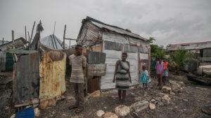 De flesta sluminvånare kring huvudstaden Port-au-Prince vägrar att fly undan orkanen av rädsla för att deras egendom stjäls