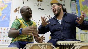 Francis och Peter spelar trummor