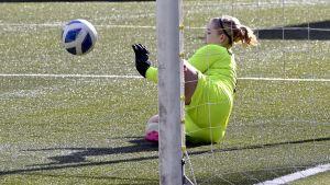 Målvakten Velma Oikarinen räddar en HJK-straff och tar sitt PK-35 Vanda till cupfinal.