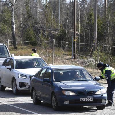 Polisen granskade bilar i Kymmenedalen i jakten på rymlingarna