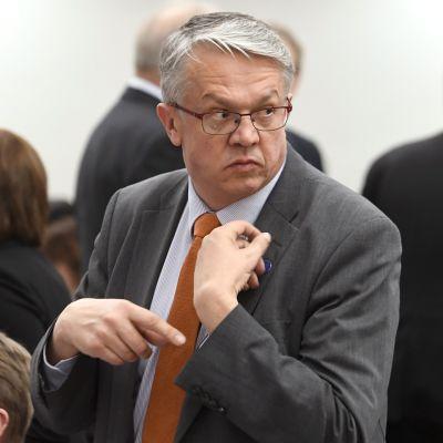 Juha Rehula tittar bakåt över axeln.