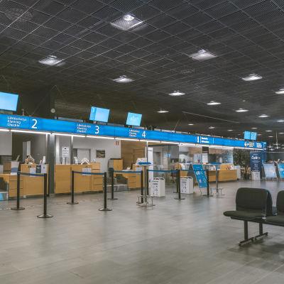 Lähtöselvitys tiskejä Tikkakosken lentokentällä.