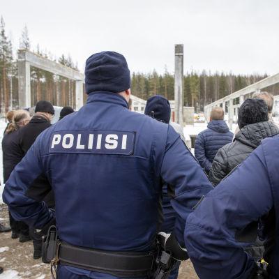 Kaksi poliisia mukana Äänekosken poliisitalon peruskiven muurausseremoniassa.