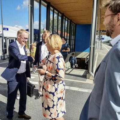 Vd Rolf Jansson på VR och justitieminister Anna-Maja Henriksson hälsar på varandra på Jakobstad-Pedersöre tågstation.