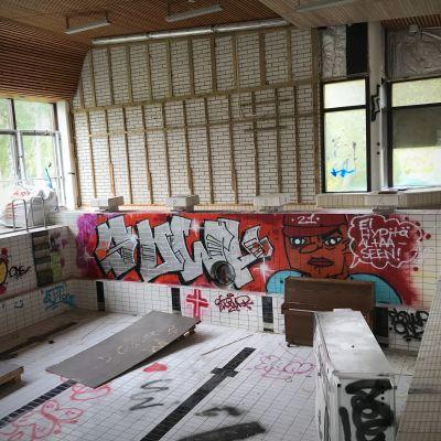 Kontiorannan entisen varuskunnan uimahallin allas oli maalattu täyteen graffiteja ennen purkamista.