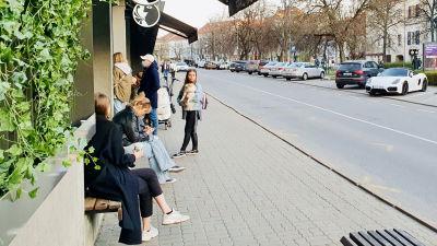 Ungdomar utanför ett café i Vilnius Gamla stad.