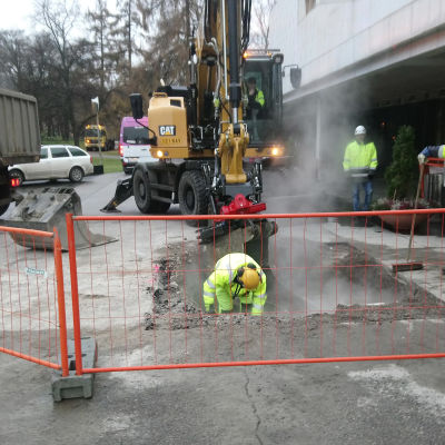 Grävarbete utanför Finlandiahuset för att reparera ett söndrigt fjärrvärmerör.
