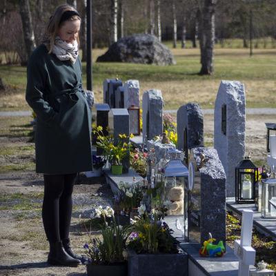 Sandra Holmgård står på gravgården framför sin son Olivers grav.