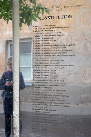 Republiken Užupis konstitution på svenska i Vilnius.