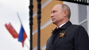 Man ser sammanbiten ut. Mannen är Rysslands president Vladimir Putin.