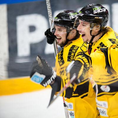 Jyri Junnila firar mål med lagkamraterna Balazs Sebok och Niko Mikkola, våren 2017.