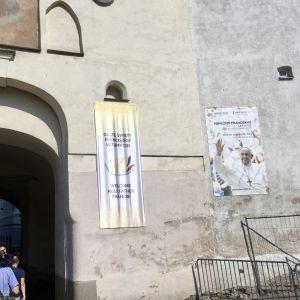 Morgongryningens port in till Vilnius gamla stad har banderoll med ett välkomstbudskap åt påve Franciskus