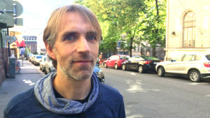 Demografiforskaren Tomas Sobotka står på en gata i Helsingfors. Det är höst.