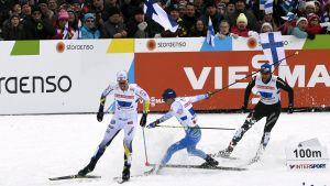 Finländaren Matti Heikkinen föll och Calle Halfvarsson skidade hem bronset.