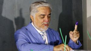 Presidentkandidaten Abdullah Abdullah lade också sin röst i en vallokal i Kabul.