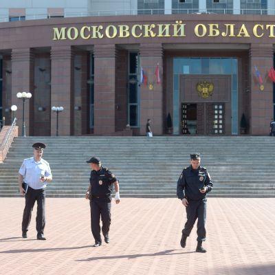 Poliser utanför regiondomstolen i Moskva den 1 augusti 2017.