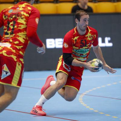 Roope Ahlgren spelar handboll.