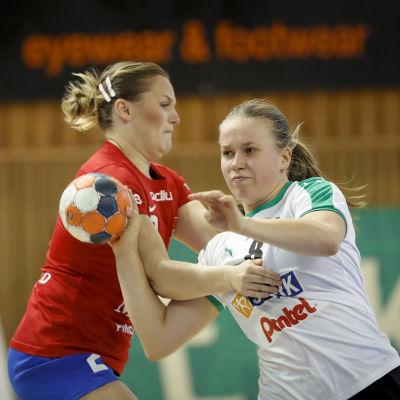 Sara Sandelin med bollen kämpar mot Anna Lindahl.