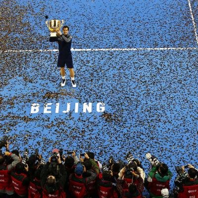 Andy Murray håller upp pokalen från ATP-turneringen i Kina.