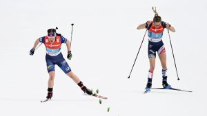 Krista Pärmäkoski och Jessie Diggins på upploppet i sina sommarkläder.