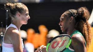 Karolina Pliskova och Serena Williams tackar varandra.