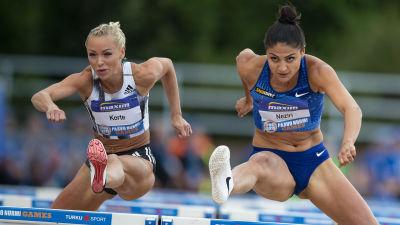 Annimari Korte och Nooralotta Neziri springer häck.