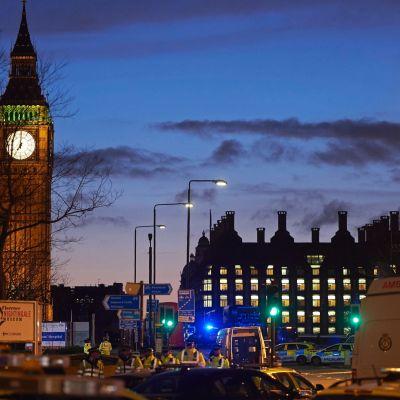 Polis och ambulanser utanför parlamentshuset i london efter terrorattacken den 22 mars 2017.