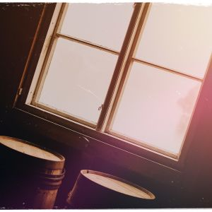 Kuvituskuva: aurinko paistaa ikkunasta.