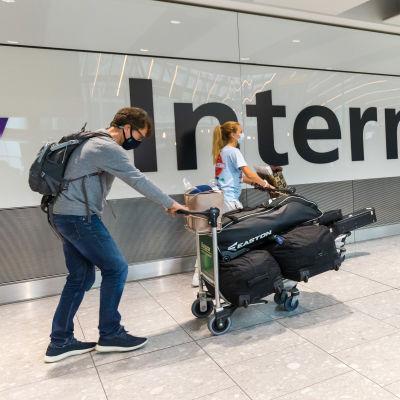 Matkustajia saapuu Heatthrown lentokentälle Lontoossa 2. elokuuta.