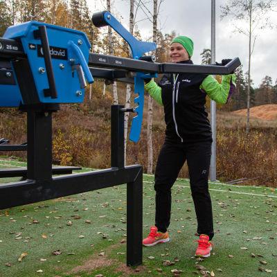 Lappeenrannan kaupungin liikunnanohjaaja Anne Peuhkuri treenaamassa Huhtiniemen ulkoliikuntapaikassa.