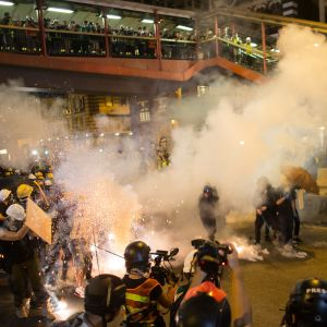 Polis och demonstranter drabbade samman i Hongkong och polisen avfyrade tårgas och gummikulor.