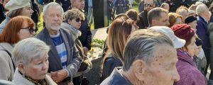 Anhöriga till offren i Estoniakatastrofen lyssnar på kyrkoherdens tal under minnesstunden på 25-årsdagen.