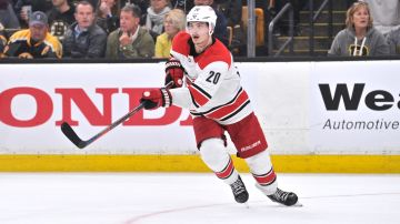 Sebastian Ahos Carolina Hurricanes i konferensfinal mot Boston Bruins.