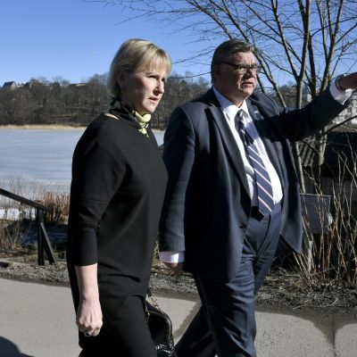 Sveriges och Finlands utrikesministrar promonerar längs Tölöviken i vårsolen.