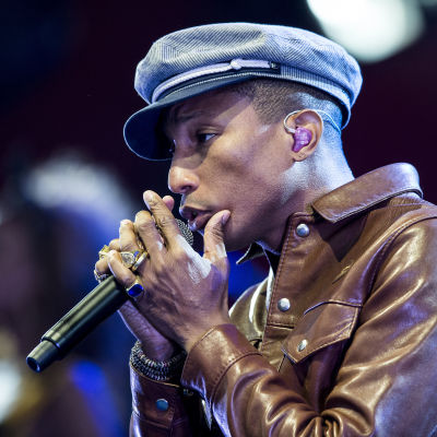 Pharrell Williams sjunger i mikrofon