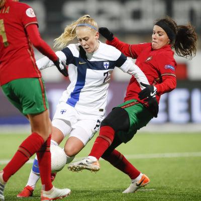 Adelina Engman dribblar med bollen mot portugisiska spelare.