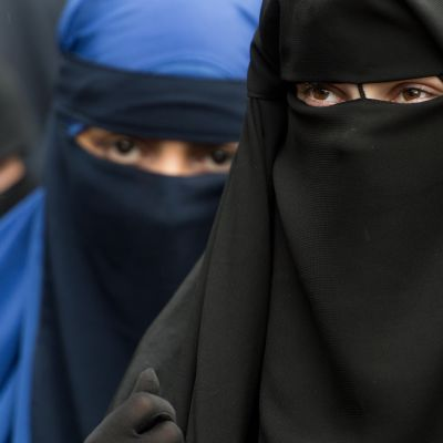 niqabia käyttäviä naisia