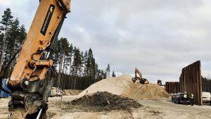 Ett par grävskopor på en järnvägsbyggplats i Saku utanför Tallinn.