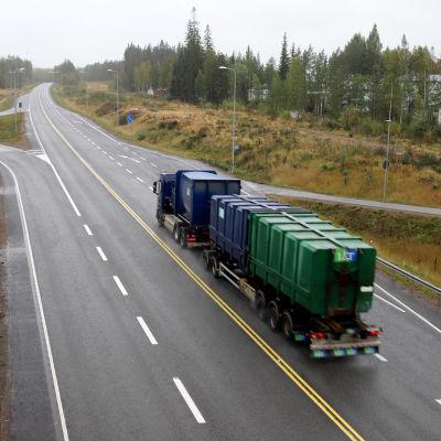 Raskasta liikennettä valtatiellä 15 Keltakankaan kohdalla