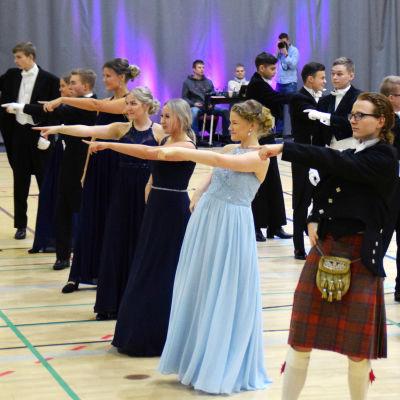 Uppklädda ungdomar dansar gamlas dans.