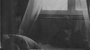 svartvit konstbild av fönster och gardin