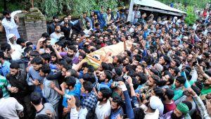 Människor i Kashmir bär Burhan Wanis kropp i Tral, Srinagar